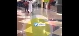 شاهد: هوشة بين فتاة وشاب في مجمع منار مول !!