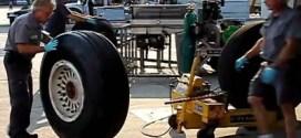 شاهد : كيف تتم عملية تبديل عجلات الطائرات ؟