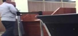 فيديو : موظف يطرد المراجعين في مرور الفروانية !