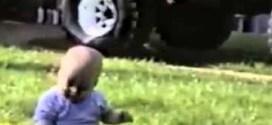 فيديو : أطرف السقطات لأطفال يعطسون لأول مرة !!