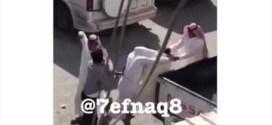 فيديو : هوشه وضرب بالعقال بسبب موقف سيارة !!