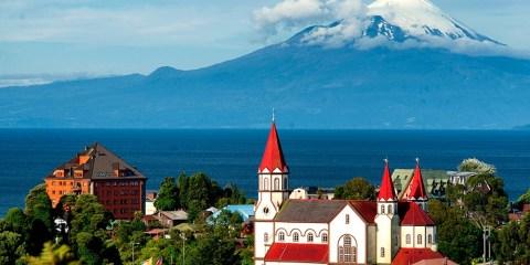 Puerto Varas, con la iglesia y el volcán Osorno al fondo