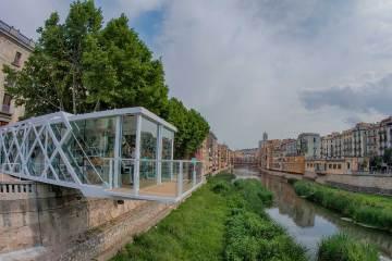 Instalación de El Vol sobre el río Onyar de Girona
