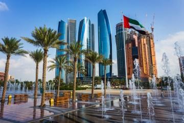 El contraste entre tradición y modernidad se refleja en monumentos como su Mezquita de Sheik Zayed