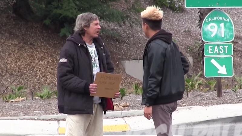 ¿Qué hace un homeless con la plata que le das? (genial historia)