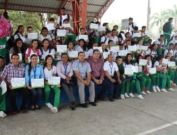 Estudiantes recibieron certificados sobre la capacitación de buenas prácticas ambientales