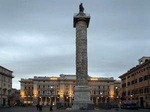 La colonne de Marc Aurèle sur la Piazza Colonna