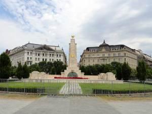 La Place de la Liberté avec le Mémorial aux combattants russes