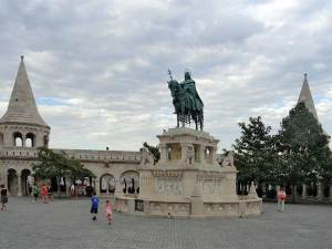 La statue équestre de Saint-Étienne dans le Bastion des Pêcheurs