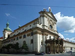 L'église Saint-Ignace de Loyola sur un côté de la Place Charles