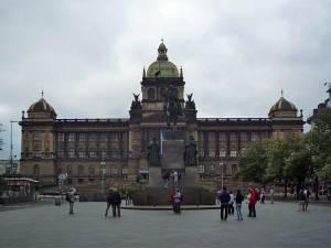 Le Musée National de Prague avec la statue équestre de Saint Venceslas