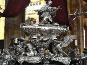 Le tombeau en argent de Saint-Jean Népomucène dans la Cathédrale Saint-Guy