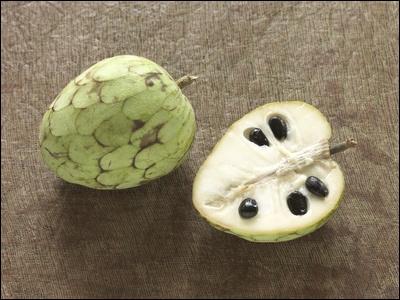 Fruit exotique avec un relief faisant penser à des écailles. Sa saveur rappelle celle de la banane et de l'ananas.