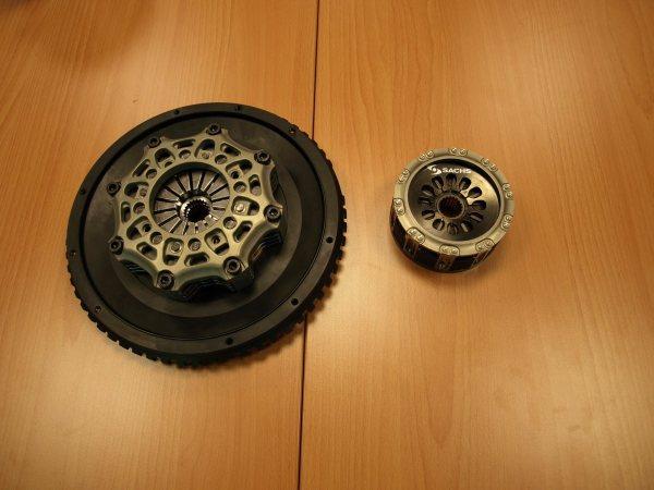 Links: Kupplung aus dem Porsche Cup. Rechts: F1 Kupplung
