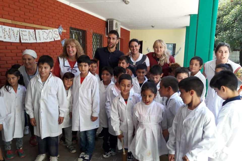 Leo Ponzio entregó útiles a escuelas de Las Rosas