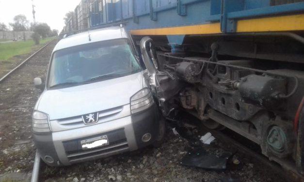 Un tren embistió a un utilitario