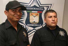 Rescatan policías a menores atrapados en incendio
