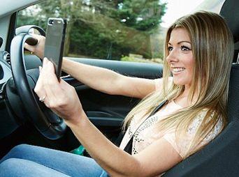 'Selfies' al volante están prohibidos, advierte Tránsito Municipal