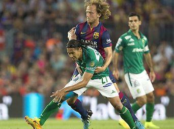Barcelona golea 6-0 al León. La goleada inició desde el minuto 3 con un gol de cabeza de Lionel Messi.