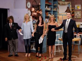En la fotografía publicada por el comediante en redes sociales, se observan a Jennifer Aniston, Courteney Cox y Lisa Kudrow en lo que parece una réplica del viejo set del departamento de Monica.
