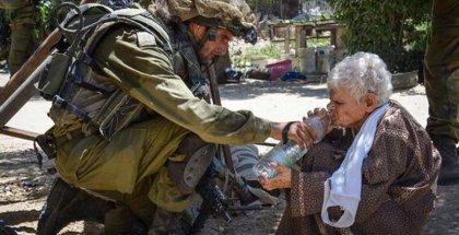 20150120_IsraeliSoldierGivesWaterToGhalyaAbu-Rida