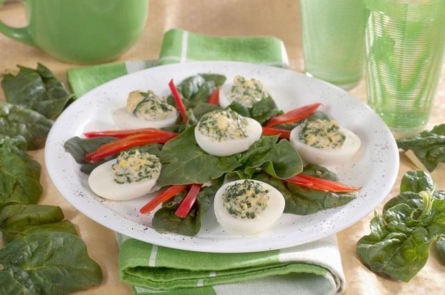 Huevos rellenos de espinacas y champiñones