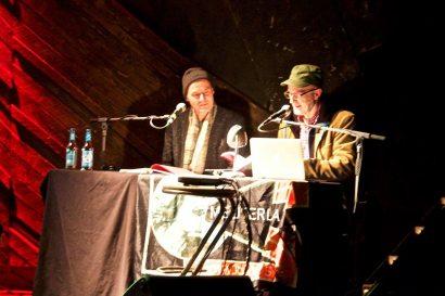 """Neben Jürgen Hohmuth (r.) war auch Gunnar Baganz (li.) vor Ort, um u. a. seine eigenen Texte aus """"Graustufen"""" zu lesen"""