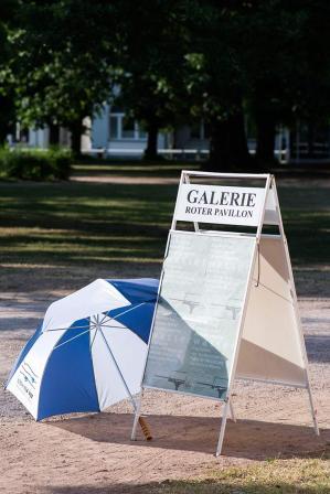 "Im Park vor der Galerie Roter Pavillon in Bad Doberan performte Huey Walker seine Installation ""Droops"""