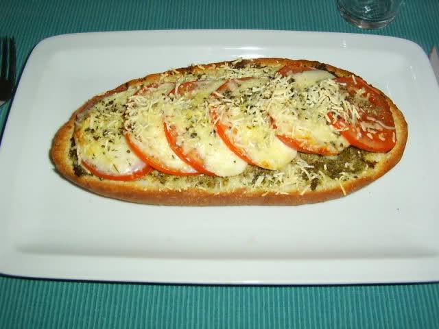 Bruschetta met tomaat, pesto en mozzarella