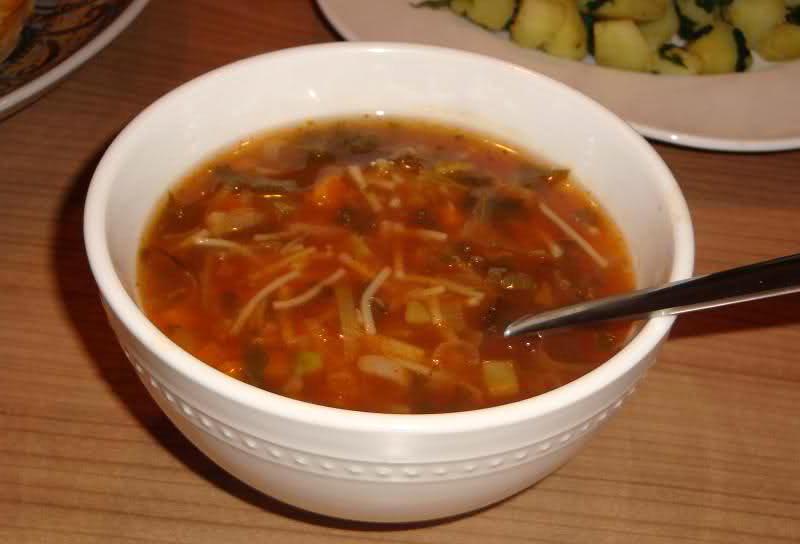 Lichte tomaten-groentesoep met gehakt