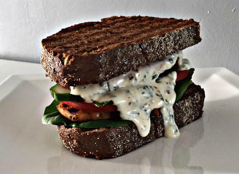 Gegrilde kip sandwich met bieslookmayonaise