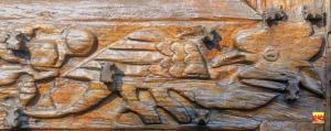 Église Saint-Germain de Saint-Germain-de-Calberte : détail du décor sculpté d'un des vantaux du portail