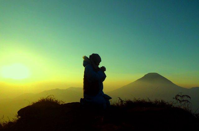 morning-prayer-ransel-hitam-sikunir-dieng