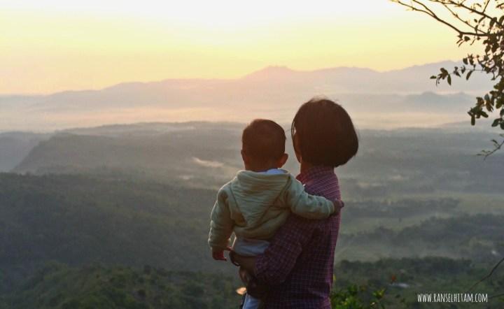 ibu dan bayi pendaki