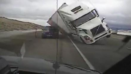 vento camião a capotar em cima de carro patrulha na I80, Wyoming, EUA