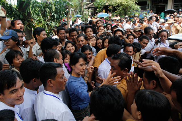 Aung San Suu Kyi greeting supporters