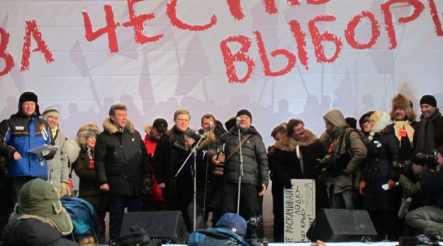 Yuri Shevchuk at the microphone during a protest in Moscow in 2012. Photo by Bogomolov PL, used via Wikimedia Commons.
