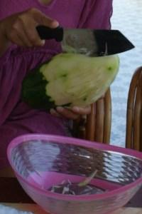 émincer la papaye verte Som Tam - cuisine thaï © par Fanny GRW - Recettes d'ici et d'ailleurs
