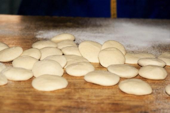 petits morceaux de pâtes pour réaliser les momos tibétains - cuisine du Tibet © Recettes d'ici et d'ailleurs