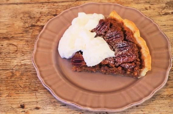 Pecan pie - tarte aux noix de pecan et sa crème fouettée maison - Cuisine américaine © Recettes d'ici et d'ailleurs