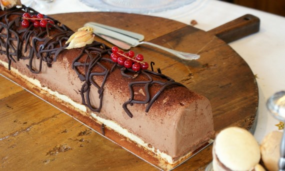 Bûche pâtissière Trianon au chocolat avec insert de chantilly au mascarpone © Balico & co