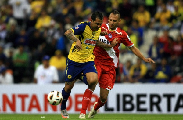 Daniel Montenegro pelea un balón durante un partido de Copa Libertadores