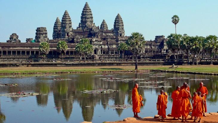 Mnisi buddyjscy w Angkor Wat w Kambodży