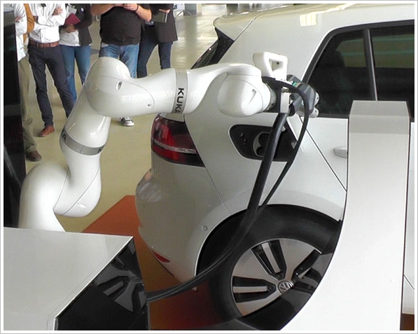 VW Robot Car Charger – robot valet refuels your car while you shop [Video]