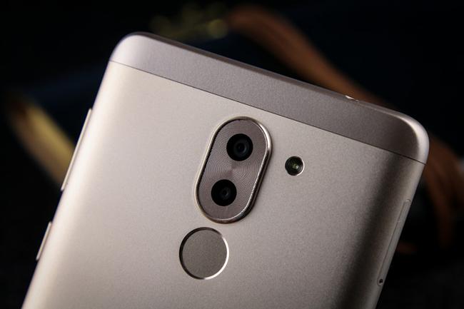 Se destaca en Honor 6X su cámar dual; aquí a la vez vemos el lector de huellas en la cara posterior del smartphone.