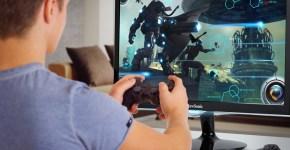 Mann mit Controler für Videospiel