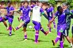 Marcelo Veiga orienta os jogadores antes de iniciar o treino