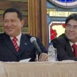 El Presidente junto al ponente de los fallos que lo blindan, en un acto en el Palacio Blanco en 2005
