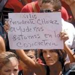 Partidarios de Chávez escucharon su alocución desde la calle.