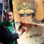 """Un seguidor de Libia rinde culto a la personalidad de Muammar Gadafi, en Trípoli el 16 de febrero de 2011, en Libia se preparan para el """"Día de la Ira""""."""